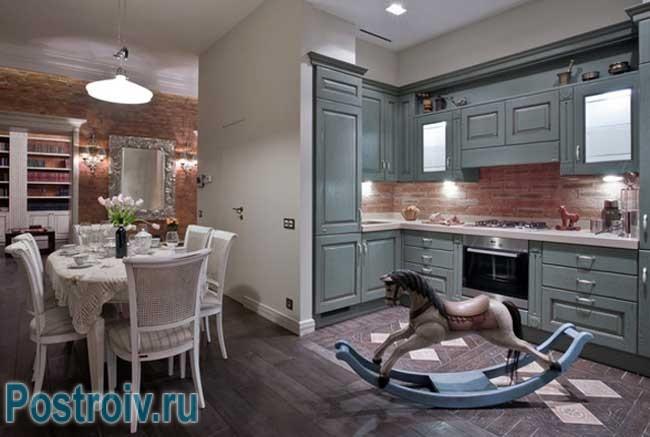 Кухонный фартук из декоративного кирпича. Фото