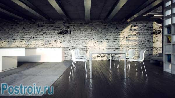 Кирпичная стена в интерьере, выкрашенная в серый цвет. Фото