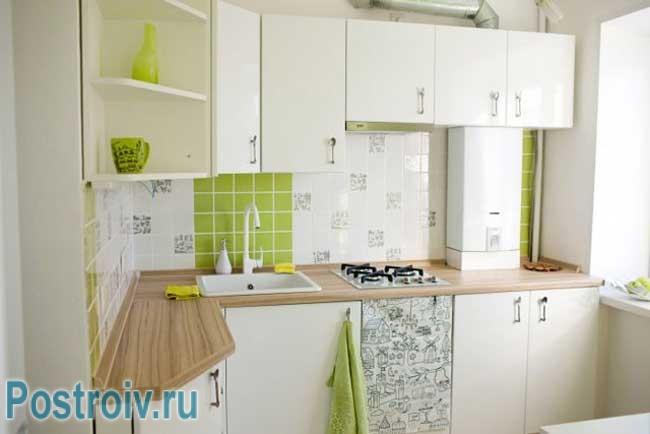 Дизайн маленькой кухни в хрущевке с колонкой светлая кухня
