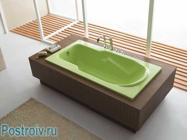 Акриловая зеленая ванна в интерьере. Фото
