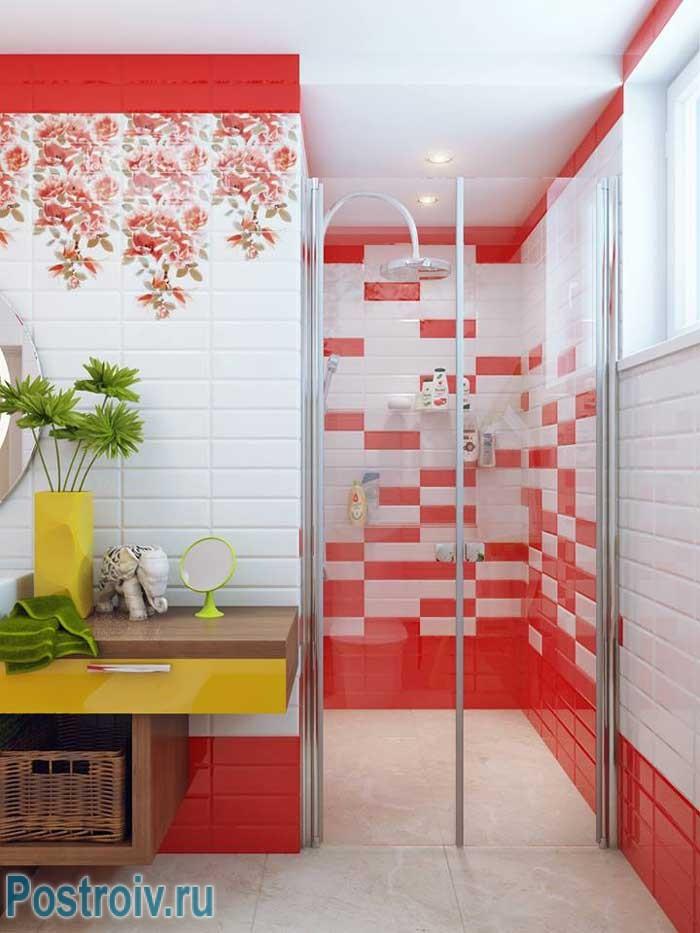Интерьер красной ванной комнаты для заряда бодрости с утра