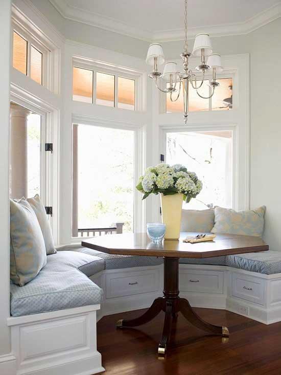 Столовая зона в эркере кухни диваны и столик