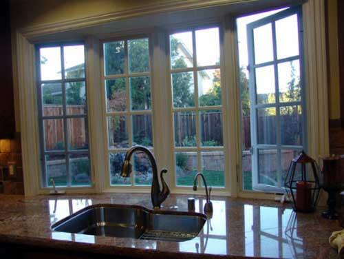 Раковина в окне. Подоконник столешница на кухне - эркер