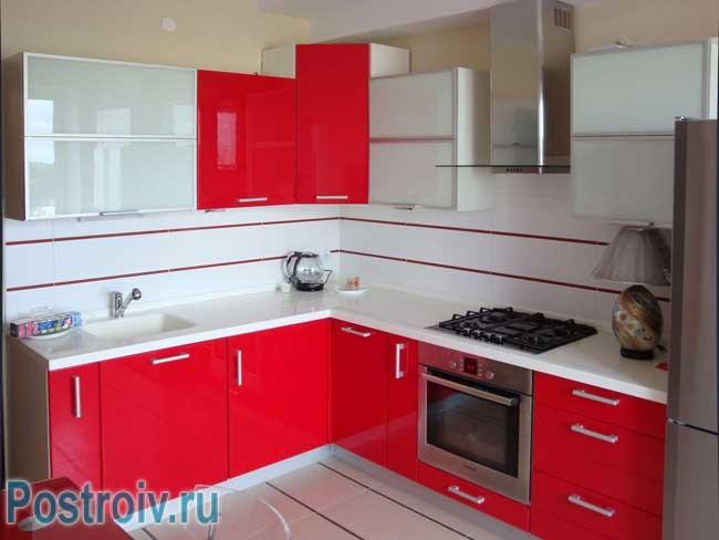 Красная угловая кухня в хрущевке с газовой колонкой