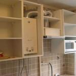 Прячем газовую колонку в шкаф дизайн светлой кухни