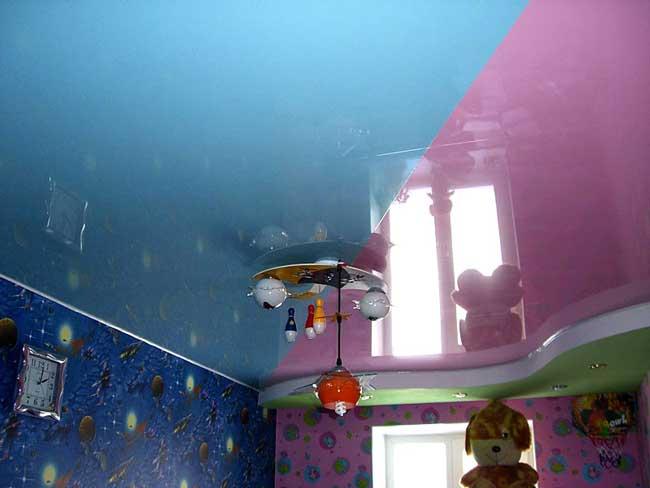 Асимметричный потолок натяжной двух цветов в детской