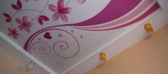 Красивый натяжной потолок для девочки с узорами и подсветкой