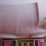 Двухуровневый потолок глянцевый розовый