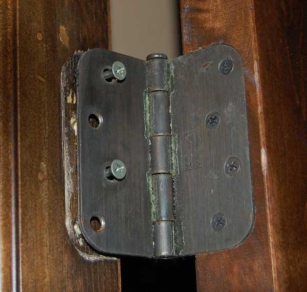 Ремонт петель на деревянной двери