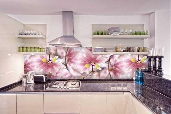 Рисунок цветов на скинали для светлой бежевой кухни. Фото 8