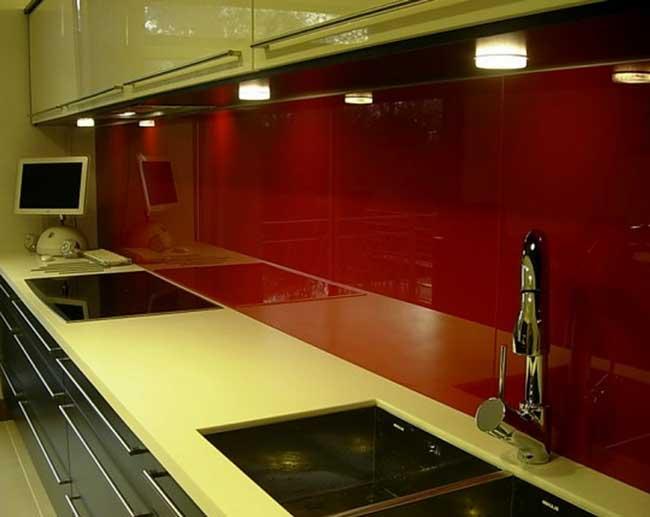 Точечная подсветка темного фартука из стекла для кухни оформление
