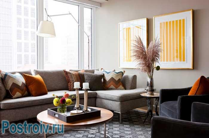 В интерьере гостиной уместно размещать угловой диван
