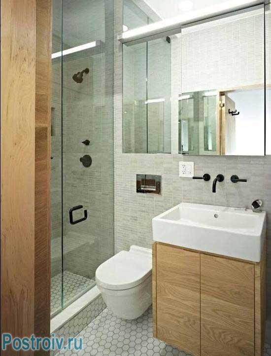Маленькая ванная комната с душевой кабиной. Фото