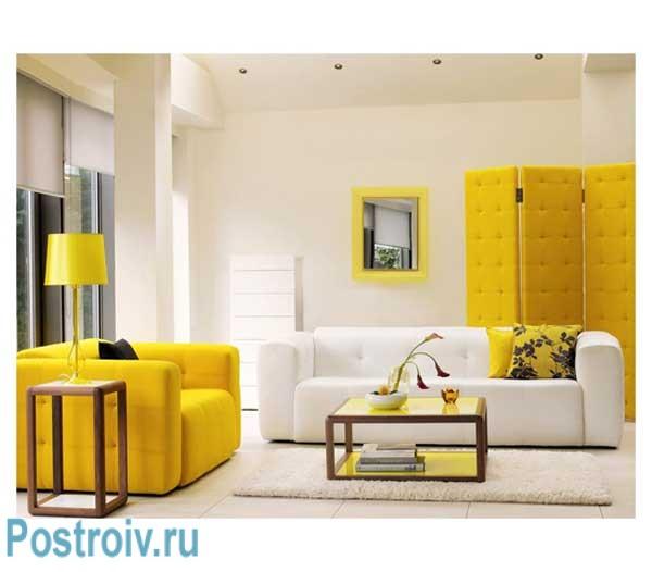 Светлая гостиная со стенами белого цвета и желтым диваном
