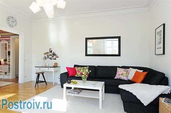 Угловой диван в гостиной с белыми стенами. Дизайн проект