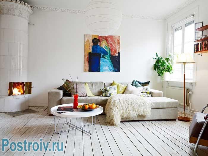 Просторная гостиная в белом цвете. Поп-арт картина на стене