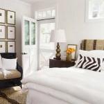 Оформление светлой спальни. Кровать с белоснежным покрывалом