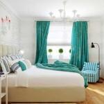 Шторы в спальне цвета морской волны. Стены спальни обиты вагонкой, окрашенной в белый цвет
