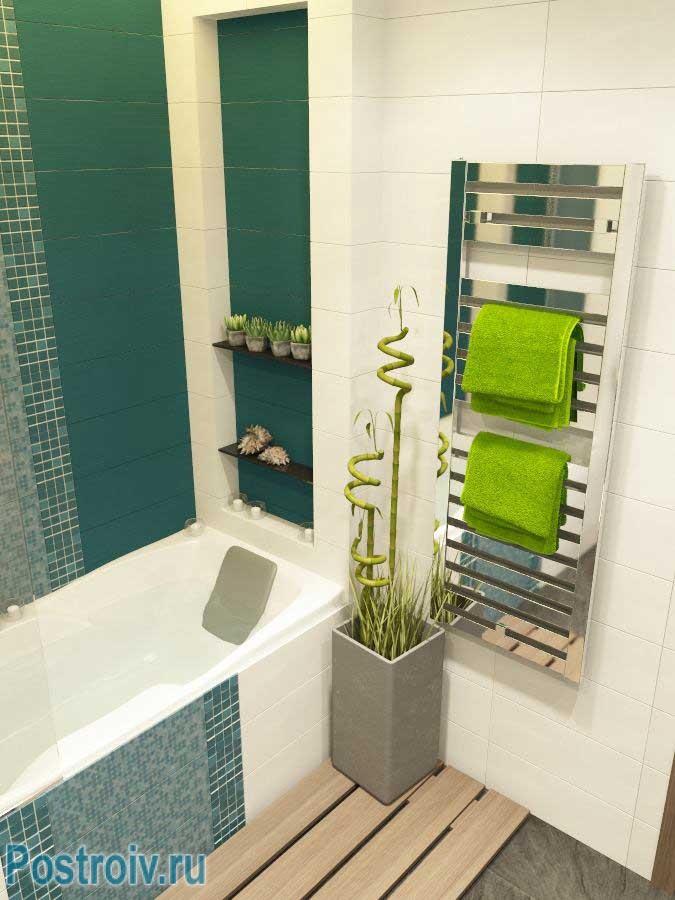 Маленькая ванна отделанная керамической плиткой и мозаикой