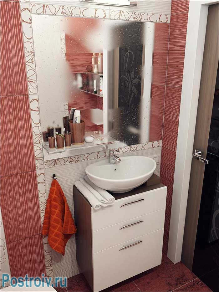 Тумбочка в интерьере маленькой ванной прячет трубы. Большое зеркало в ванной