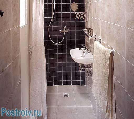 Душевая кабина в маленькой ванной. Фото