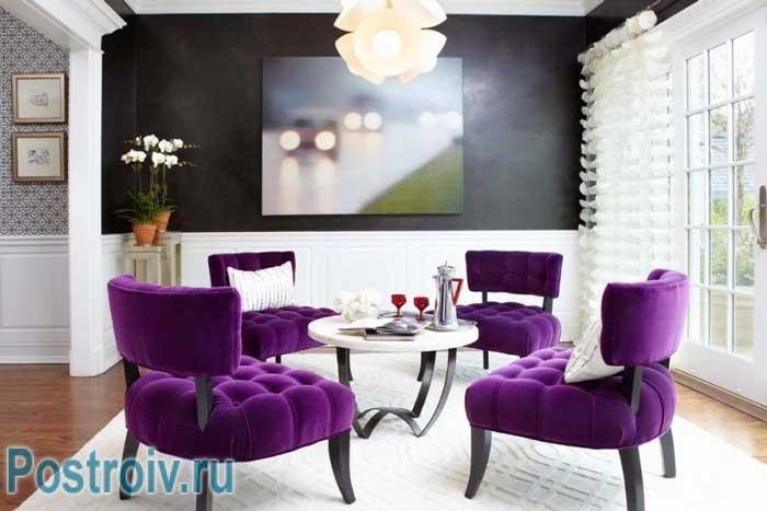 Мебель фиолетового цвета в интерьере гостиной. Фото