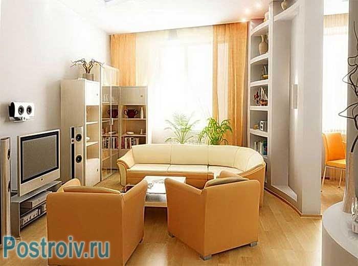 Расстановка мебель в зале в центре. Бежевый цвет преобладает