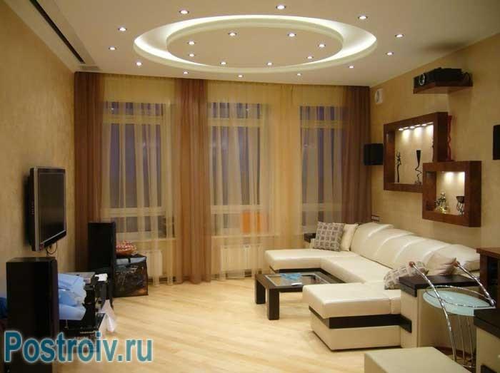Как расставить мебель правильно: асимметричный способ расстановки, угловой диван стоит напротив ТВ