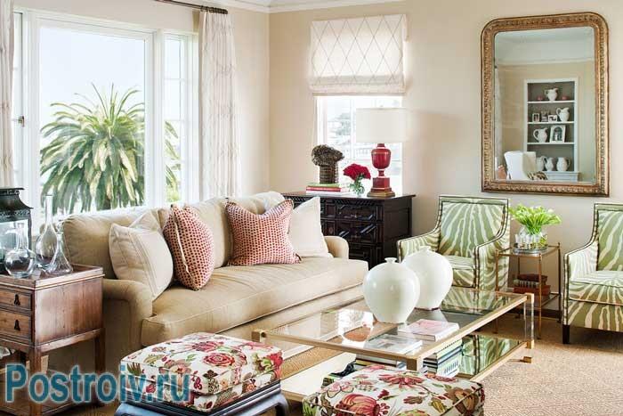 Как правильно расставить мебель: круговой способ расстановки, в центе стеклянный стол по бокам диван и кресла