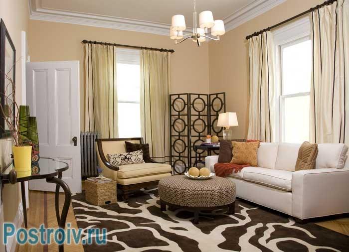 Как расставить мебель в комнате: ставим диван и кресло в угол, около них столик
