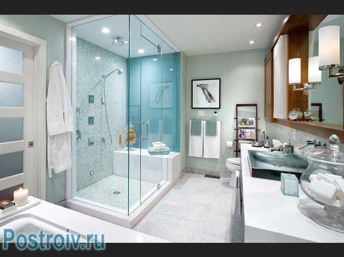 Как выбрать душевую кабину: большая стеклянная перегородка в ванной.  Мозаика на стенах