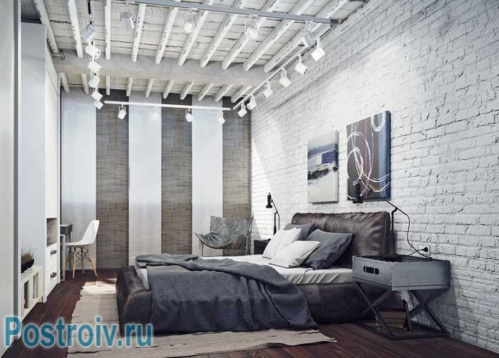 Современный интерьер спальни в стиле лофт и минимализм. Картина над кроватью