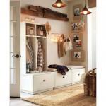 Светлая мебель в маленькой прихожей поможет увеличить пространство
