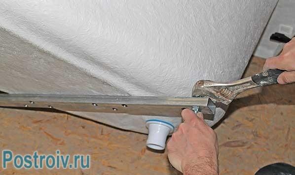Установка акриловой ванны: монтаж ножек на саморезы