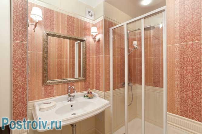 Нишевая душевая кабина в ванной комнате. Фото