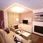 Современный интерьер спальни-гостиной в сливочно-черничных тонах
