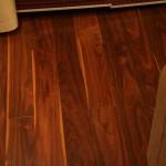 Темный ламинат на полу в современной гостиной