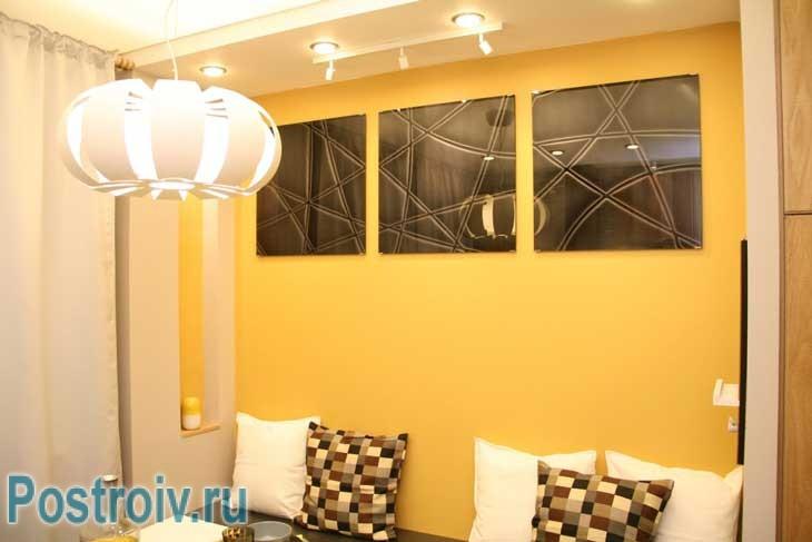 Декорирование кухни: зеркала на стенах, оригинальные чехлы на подушках, шторы на кухне - Фото