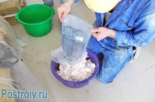 Смешивание компонентов жидких обоев перед нанесением на стены