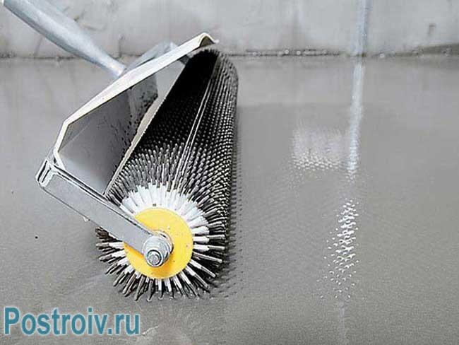 Игольчатый валик для выравнивания стяжки и удаления пузырьков