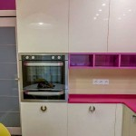 Встроенный духовой шкаф на небольшой кухне. Фото