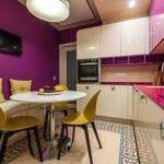 Дизайн современной кухни 8 кв. метров фиолетового и белого цвета. 17 фото