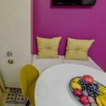 Мягкая зона у стены на кухне. Фото
