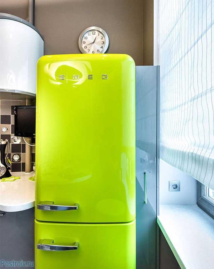 Холодильник кислотно-зеленого цвета. Фото