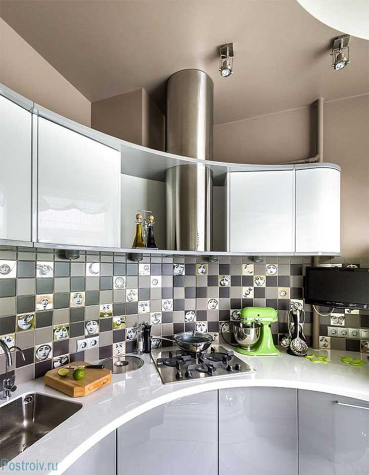 Полукруглый кухонный гарнитур на кухне 9 кв. м. Фото
