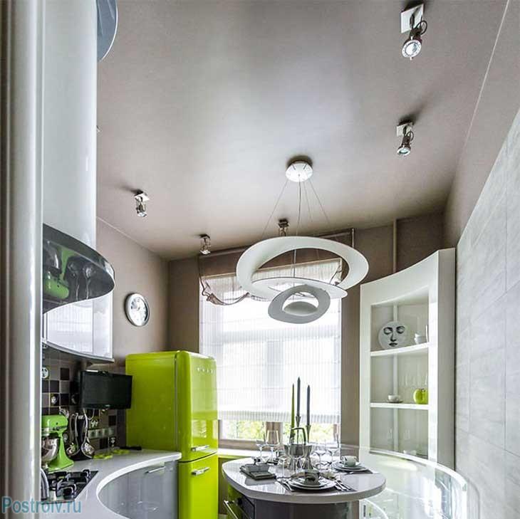 Так же на кухне присутствуют точечные светильники. Это обязательный атрибут на маленькой кухне