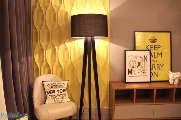 Модный торшер на треноге в дизайне спальни 14 кв. м. - Фото