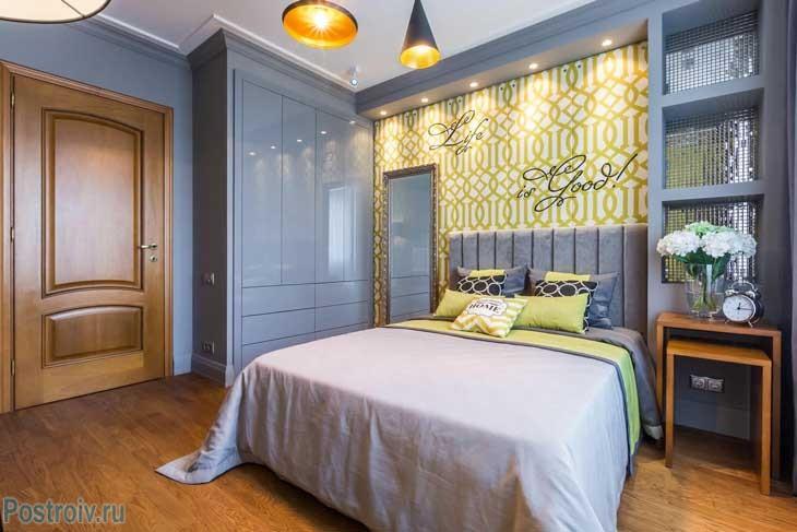 Большой гардеробный шкаф в маленькой спальне - Фото