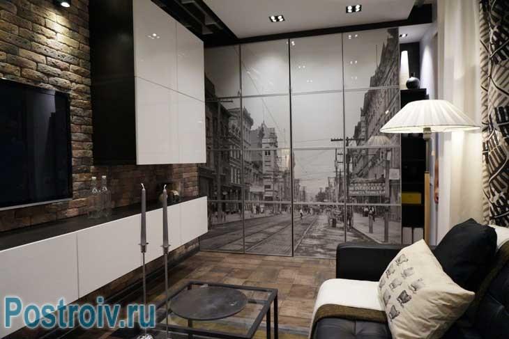 Интерьер гостиной 16 кв. м.: постеры с изображением Бостона на стенах - Фото