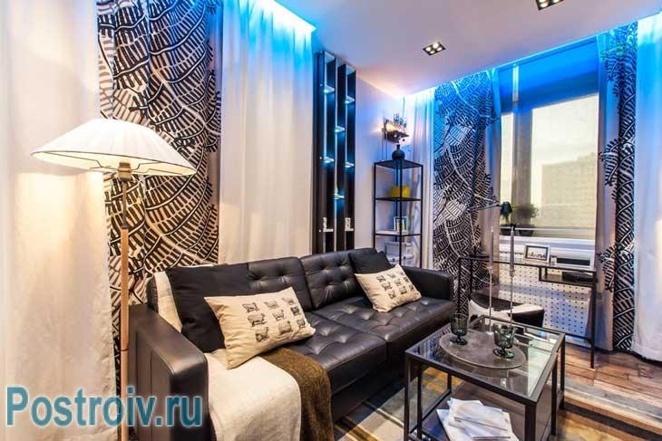 Оформление гостиной 16 кв. м.: небольшой кожаный диван у стены - Фото